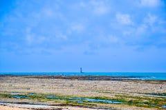 在夏天期间,偏僻的灯塔处于低潮中在法国 免版税库存照片