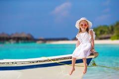在夏天期间,小船的可爱的小女孩 库存照片