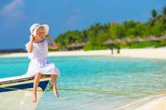 在夏天期间,小船的可爱的小女孩 图库摄影