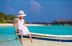 在夏天期间,小船的可爱的小女孩 免版税图库摄影