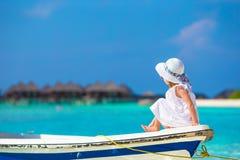 在夏天期间,小船的可爱的小女孩 免版税库存照片