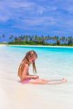 在夏天期间,海滩的可爱的小女孩 免版税库存照片