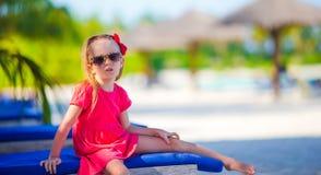 在夏天期间,海滩的可爱的小女孩 图库摄影