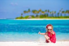 在夏天期间,海滩的可爱的小女孩 库存图片