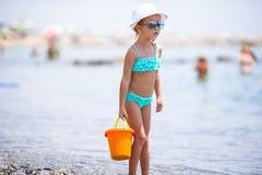 在夏天期间,海滩的可爱的小女孩 库存照片