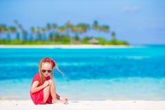 在夏天期间,海滩的可爱的小女孩 免版税库存图片
