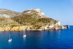 在夏天期间, Agali海滩,福莱甘兹罗斯岛海岛,基克拉泽斯,希腊 免版税库存照片
