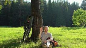 在夏天森林里供以人员旅游休息与一辆自行车在一个晴天 股票录像