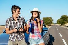 在夏天汽车旅行的夫妇 库存图片