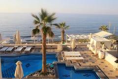 在夏天海手段,克利特,希腊的游泳池 库存图片