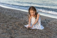 在夏天海滩的女孩戏剧 图库摄影