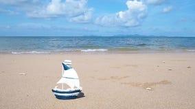 在夏天海滩背景的小船玩具 影视素材