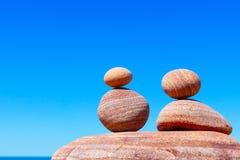 在夏天海背景的双重红色岩石禅宗  和谐、平衡和凝思的概念 库存照片