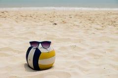 在夏天海滩的排球 免版税库存图片