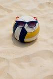 在夏天海滩的排球 库存图片