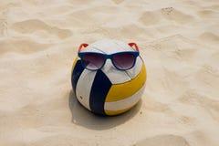 在夏天海滩的排球 库存照片