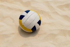 在夏天海滩的排球 图库摄影
