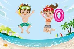 在夏天海滩的跳跃的孩子 免版税库存照片