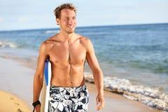 在夏天海滩-英俊的人的冲浪者乐趣 免版税库存照片