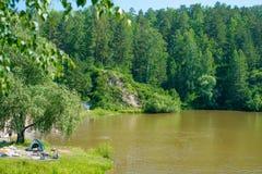 在夏天湖附近的拥挤露营地 图库摄影