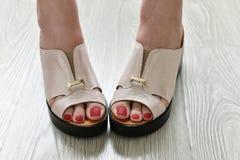 在夏天白色障碍物的妇女腿 库存照片