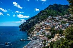 在夏天的白天期间,美丽的海滨城镇-波西塔诺阿马尔菲海岸在意大利,波西塔诺,意大利全景  免版税库存图片