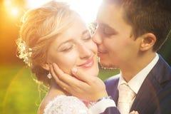 在夏天草甸的年轻婚礼夫妇 库存照片