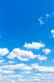 在夏天蓝天的小的白色云彩 库存图片