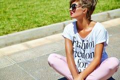 在夏天行家便衣的年轻深色的妇女模型 库存图片
