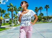 在夏天行家便衣的年轻深色的妇女模型 免版税库存图片