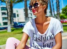 在夏天行家便衣的年轻深色的妇女模型 免版税图库摄影