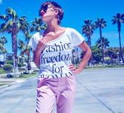 在夏天行家便衣的年轻深色的妇女模型 图库摄影