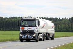 在夏天路的白色奔驰车Actros汽油箱卡车 免版税图库摄影