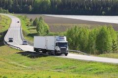 在夏天路的白色温度控制的运输卡车 免版税库存图片