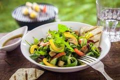 在夏天野餐桌上的鲜美草本沙拉 免版税库存图片