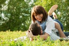 在夏天野餐的浪漫关系 免版税库存照片