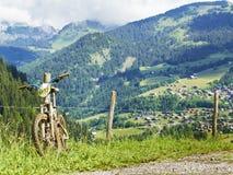 在夏天阿尔卑斯风景的登山车 免版税图库摄影