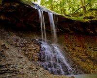 在夏天雨以后的暗藏的瀑布 库存图片