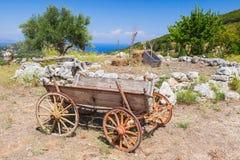 在夏天领域的空的老农村木无盖货车 免版税图库摄影