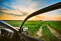 在夏天领域,草甸,乡下的农村路 库存照片