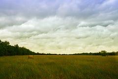 在夏天风暴以后的干草领域 库存图片