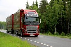 在夏天高速公路的红色富豪集团FH16卡车 免版税图库摄影