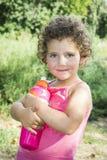 在夏天,在一个明亮,晴天,一个小女孩拿着bo 免版税图库摄影