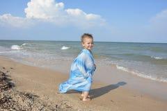 在夏天,在海滩,在岸,有小的,滑稽, 免版税库存照片