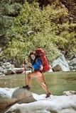 在夏天,您能散步与在峡谷的一个背包 库存照片