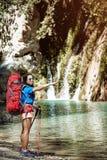 在夏天,您能散步与在峡谷的一个背包 库存图片