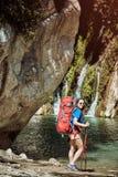 在夏天,您能散步与在峡谷的一个背包 免版税库存图片