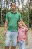 在夏天,父亲和儿子在森林 库存照片