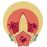 在夏威夷人的冲浪板开花花束木槿和羽毛和棕榈 免版税库存照片