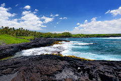 在夏威夷的大岛的南海岸的粗砺和岩石岸 图库摄影